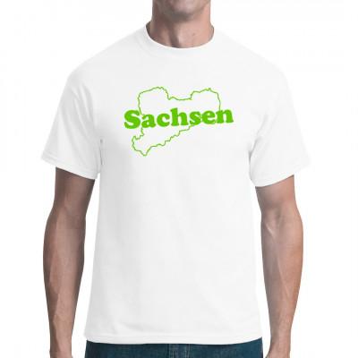 Zeig deine Verbundenheit zum besten aller Bundesländer mit diesem tollen Shirt.  Was gäbe es sächsischeres als der Umriss unseres Freistaats in Grün auf weißem Grund?