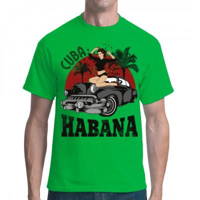Eine sexy Latina, die sich unter Palmen auf einem amerikanischen Oldtimer räkelt - So ein Bild gibts nur auf Kuba!  Hol dir dieses heiße Pin-Up Motiv für dein Shirt.