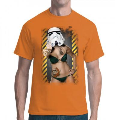 Wer sagt, dass nur unattraktive Nerd-Typen auf Star Wars stehen können? Heiße Kurven, Tattoos und n Sturmtruppen - Helm: Das ist der ultimative Nerd-Traum. Nur wem zeigt sie hier den Stinkefinger? Sexy SciFi Motiv für dein T-Shirt, Sweatshirt oder V-Neck