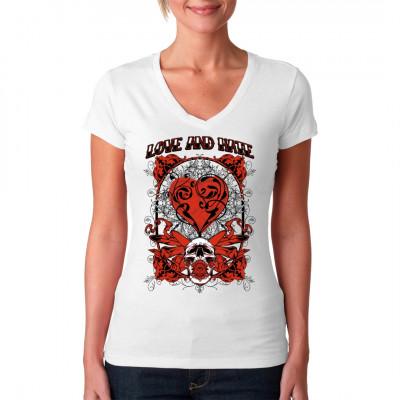 Totenschädel mit Teufelshörnern, Herz und Ranken.