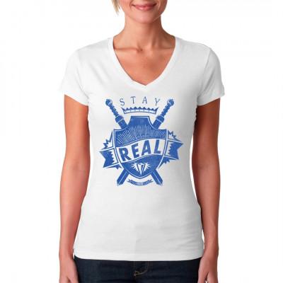 Wappen mit Schwertern und Spruch: Stay Real Cooles Fashion Motiv für dein Shirt Mittels Digital-Direktdruck aufgebracht. waschfest