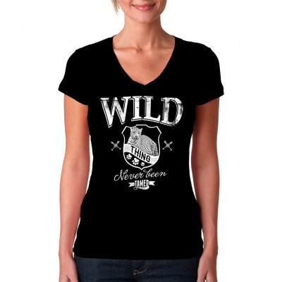 Shirt Motiv: Wild thing - Never been tamed Wappen mit Leopard als waschfester Digital-Direktdruck für dein T-Shirt, Sweatshirt oder V-Neck. Cooler Textildruck für Tierfreunde