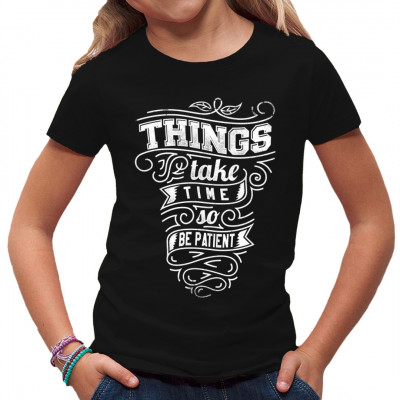 Shirt Motiv für Ungeduldige: Things take time, so be patient. Man könnte auch sagen: Gut Ding will Weile haben. Das gilt nicht für gute T-Shirts. Die gibts ruck-zuck gedruckt und geliefert. Mittels Digital-Direktdruck aufgebracht. waschfest