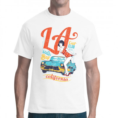Heißes Pin-Up Girl im kurzen Polkadot-Sommerkleid neben einem alten amerikanischen Straßenkreuzer. Cooles Retro-Motiv für dein T-Shirt, Sweatshirt oder V-Neck Mittels Digital-Direktdruck aufgebracht. waschfest