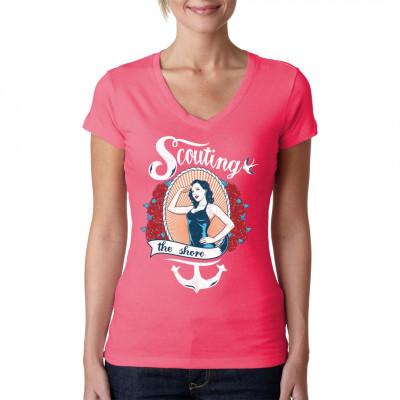 Pin-Up Girl im Badeanzug salutiert. Segler - Motiv mit Rosen, Anker, Tau und Schwalbe für dein Shirt Mittels Digital-Direktdruck aufgebracht. waschfest