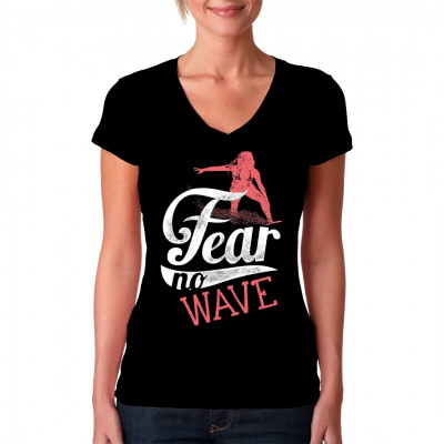 Keine Angst vor der Welle. Heißes Surfer Babe als cooles Beach Motiv für dein T-Shirt, Sweatshirt oder V-Neck  Mittels Digital-Direktdruck aufgebracht. waschfest