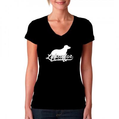 Ein Labrador als tolles Hunde Motiv für dein T-Shirt, Sweatshirt oder V-Neck. In vielen Farben und Größen erhältlich.