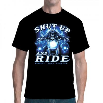 T-Shirt Motiv: Comin at ya  Ein Skelett Biker auf seinem coolem Chopper. Shut up and ride. Nobody lives forever.