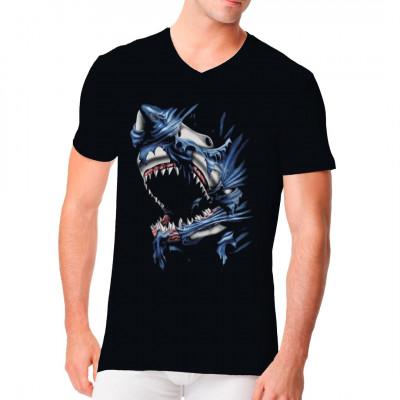 Einfache Textilien halten einen hungrigen Hai nicht auf. Dieser gefräßige Geselle zerfledder hier wohl eine Flagge. Wenn ihr auf die Raubtiere steht, dann ist dieses Shirt genau das Richtige für euch.