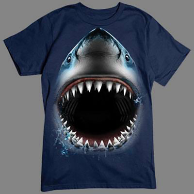 Vorsicht bissig: Lasst euch nicht von diesen Zähnen erwischen, dieser Hai hat euch zum Fressen gern. Für alle Naturfreunde kommt hier der absolute Knaller: Oversize-Motive, die sich über das gesamte Shirt erstrecken.