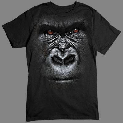 T-Shirt - Motiv: Gorilla  Für alle Naturfreunde kommt hier der absolute Knaller: Oversize-Motive, die sich über das gesamte Shirt erstrecken. Diese Motive gehen nahtlos in die Farbe des Textils über und sind deshalb nur auf einer Farbe verfügbar.