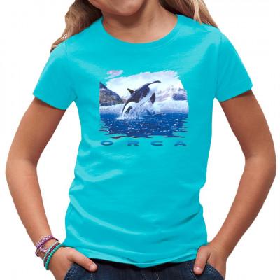 Natur Shirt mit einem springenden Orca.  Orcas, oft abfällig auch als Killerwal bezeichnet, sind hochintelligente und effiziente Raubtiere, denen so schnell kein Hai das Wasser reichen kann. Motivgröße: 15 x 17 cm