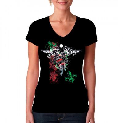 """Cooles Shirt Motiv mit dem Schriftzug """"Victory Glory - Vengeance Is Mine"""", Rosen, Flügeln und Fleur-de-Lys - Symbolen. Mit diesem Shirt ist die Rache Dein."""