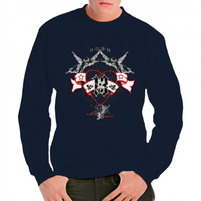 Rotes Herz mit Engeln und einer schwarzen 13 auf einem weißen Banner  Cooles Gothic Shirt Motiv im Oversize Druck