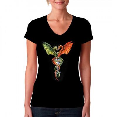 Zwei Drachen, die sich um einen goldenen Pokal winden.  Cooles Gothic Oversize Motiv als waschfester Siebdruck-Transfer für dein Shirt.