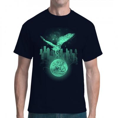 Eule mit Discokugel vor leuchtender Skyline.  Cooles Shirt Motiv für alle, die gern die Nacht zum Tage machen.
