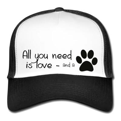 """5 Panel Meshcap in Weiß & Schwarz mit Aufdruck """"All you need is love... and a dog""""  Liebe und ein paar Hundepfoten, das ist alles was man braucht um glücklich zu sein."""