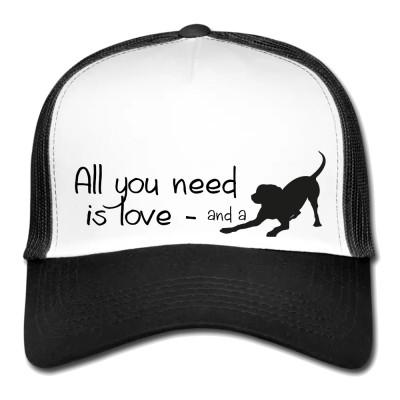 """5 Panel Meshcap in Weiß & Schwarz mit Aufdruck """"All you need is love... and a dog"""" Man braucht nicht viel, um glücklich zu sein. Liebe und ein Hund reichen oftmals schon."""