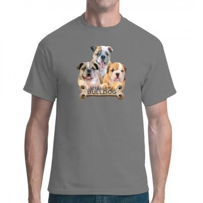 """T-Shirt Motiv: Kleine Bulldoggen mit Hundeknochen  Drei süße kleine Bulldoggen mit einem Kauknochen und dem Schriftzug """"Bulldog"""". Niedliches Hunde Motiv."""
