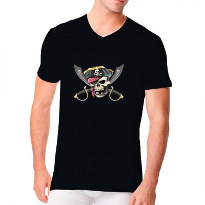 """Gibt es etwas, das mehr nach """"Pirat"""" aussieht, als eine Kombination aus Totenschädel, Augenklappe, Kopftuch und Dreispitz? Na klar: Pack noch 2 Krummsäbel dazu.  Tolles Piratenmotiv für dein T-Shirt, Sweatshirt oder V-Neck."""