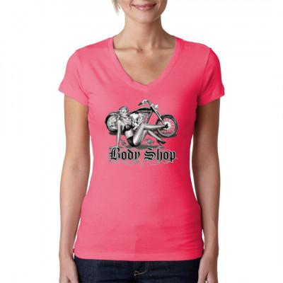 T-Shirt - Motiv: Body Shop Cooles Biker Motiv. Heißes Pin-Up Girl mit 8-Balls als Oberteil vor einem Chopper.