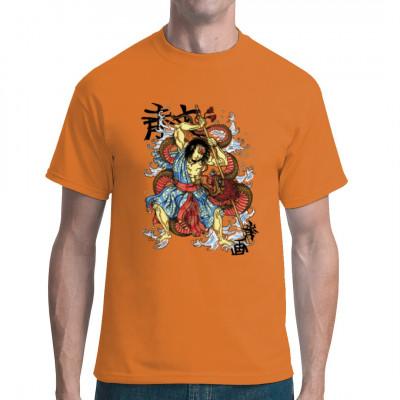 Dieser japanische Krieger kämpft gegen eine riesige Wasserschlange. Cooles T-Shirt - Motiv aus der japanischen Mythologie im Stile eines Yakuza - Tattoos.  Wir wollten eigentlich einen Ninja abbilden, aber wir konnten ihn nicht finden.