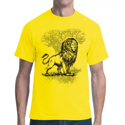 Ein Löwe, König der Savanne, posiert vor einem Baum. Tolles Shirt für Afrika Fans.