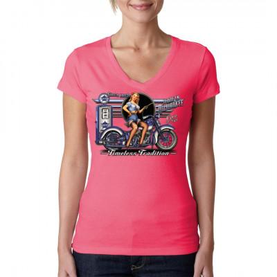 Shirt Motiv: Timeless Tradition  Ein Pin-Up Girl, das ein Classic-Bike an einer alten amerikanischen Zapfanlage betankt... ob das wirklich eine zeitlose Tradition ist? Auf jeden Fall ist es ein wirklich tolles Motiv für dein Shirt.