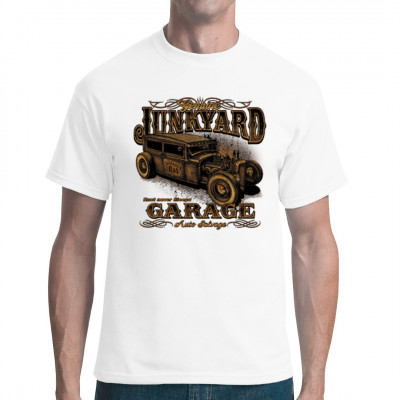T-Shirt Motiv: Junk Yard Garage Rust never sleeps  Alter rostiger Hot Rod im Rat Look . Cooles Motiv für leute die auf alte getunte Rostlauben stehen.