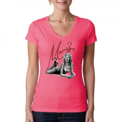 T-Shirt Motiv: Marilyn Monroe with iPhone  TOP Designer Shirt. Marilyn Monroe mit einem iPhone. Das perfekte Motiv für Apple Fans.