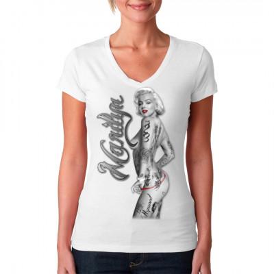 T-Shirt Motiv: Marilyn String Nude  Sexy Marilyn Monroe mit Tattoos und string. Ein echter hingucker für Fans von sexy Pin Up's.