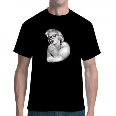 Einen schönen Menschen kann nichts entstellen! Marilyn Monroe sieht auch mit einer total nerdigen Hornbrille noch sexy aus. Holt euch dieses heiße Shirt-Motiv.  Motivgröße: 9x13 Zoll